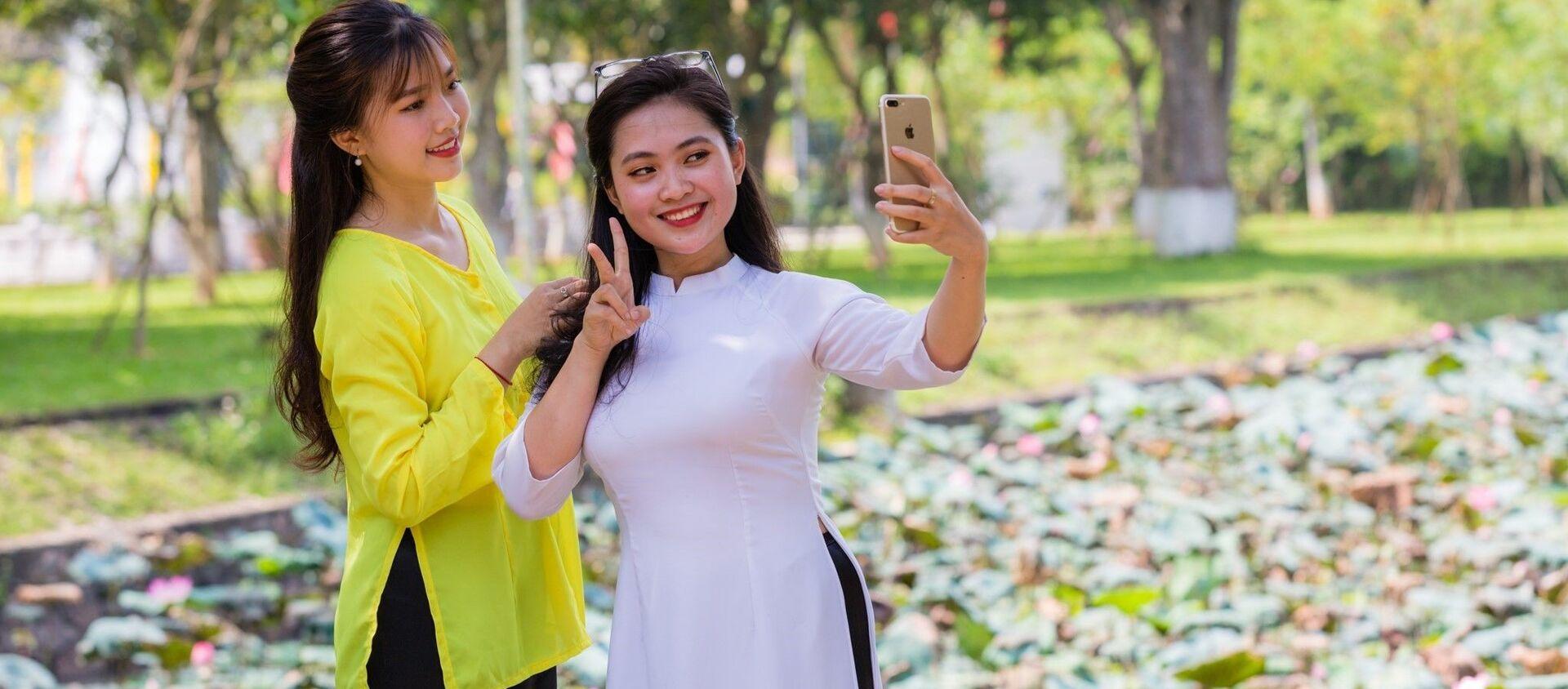 Khách du lịch lưu lại những khoảnh khắc đẹp với Sen quê Bác - Sputnik Việt Nam, 1920, 19.05.2020