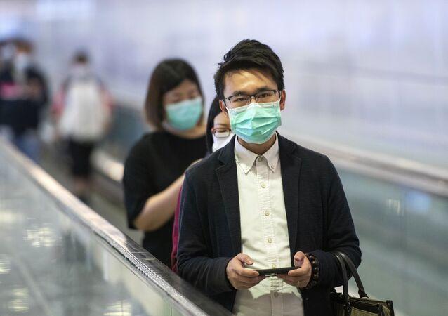 Hành khách tàu điện ngầm đeo mặt nạ y tế ở trung tâm thành phố Hồng Kông
