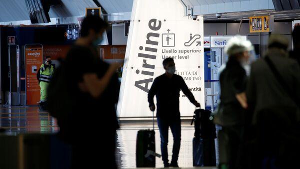 Hành khách tại sân bay Fiumicino ở Rome, Italy - Sputnik Việt Nam