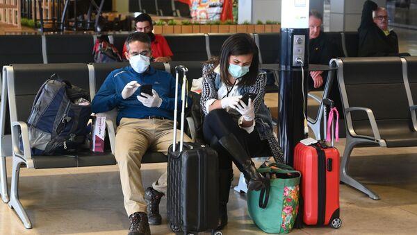 Hành khách đeo khẩu trang y tế tại sân bay ở Madrid - Sputnik Việt Nam
