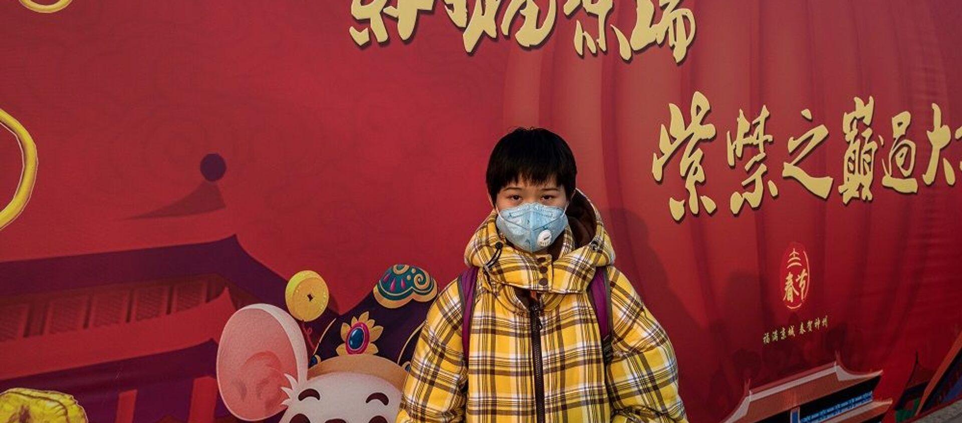 Một cậu bé đeo khẩu trang trên đường phố ở Bắc Kinh - Sputnik Việt Nam, 1920, 29.01.2021
