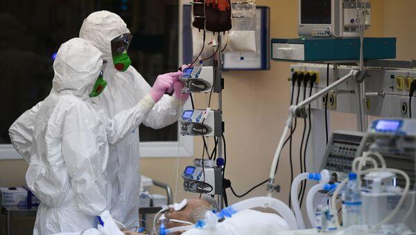 Bác sĩ và bệnh nhân mắc COVID-19 tại bệnh viện. - Sputnik Việt Nam
