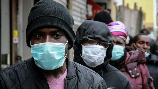 Những người xếp hàng để đeo mặt nạ và thực phẩm ở khu vực Harlem của New York, Hoa Kỳ - Sputnik Việt Nam