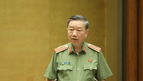 Bộ trưởng Bộ Công an Tô Lâm, thừa ủy quyền của Thủ tướng Chính phủ trình bày Tờ trình về dự án Luật Cư trú (sửa đổi). - Sputnik Việt Nam