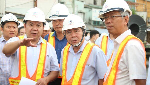 Chủ tịch UBND TP. Hồ Chí Minh Nguyễn Thành Phong (giữa) kiểm tra tiến độ dự án - Sputnik Việt Nam