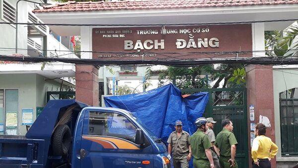 Lực lượng chức năng chốt chặn trước cổng trường sau vụ đổ cây xanh - Sputnik Việt Nam