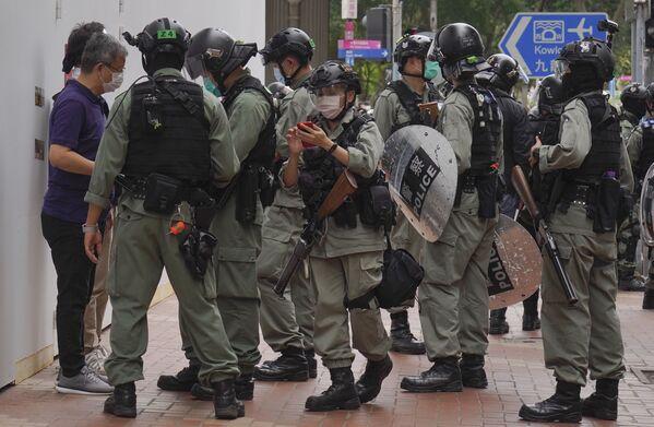Nhân viên chống bạo động đường phố kiểm tra những người biểu tình ở Hồng Kông - Sputnik Việt Nam