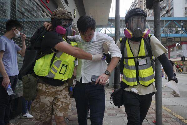Tình nguyện viên y tế giúp người bị trúng hơi cay trong cuộc biểu tình phản đối ở Hồng Kông - Sputnik Việt Nam