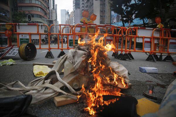 Đống rác cháy trên đường phố Hồng Kông trong cuộc biểu tình - Sputnik Việt Nam