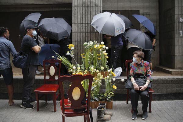 Người phụ nữ cao tuổi trên nền cuộc biểu tình phản đối ở Hồng Kông - Sputnik Việt Nam