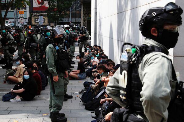 Những người biểu tình chống Chính phủ ở Hồng Kông sau khi bị bắt giữ - Sputnik Việt Nam