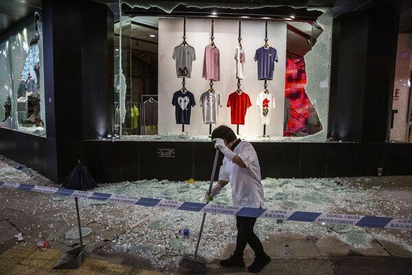 Nữ lao công thu dọn rác sau cuộc biểu tình phản đối ở Hồng Kông - Sputnik Việt Nam