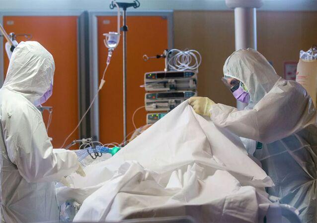 Nhân viên y tế trong phòng chăm sóc đặc biệt tại một phòng khám ở Ý.