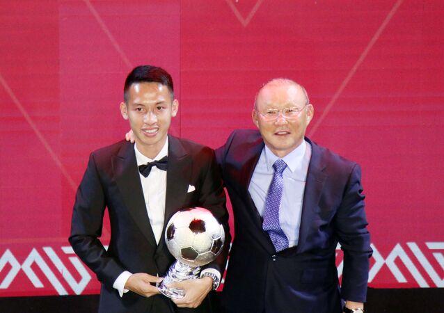Huấn luyện viên Park Hang-seo trao giải và chúc mừng Quả bóng Vàng nam năm 2019 Đỗ Hùng Dũng