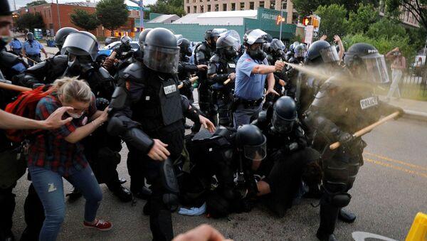 Cảnh sát trong một cuộc biểu tình rầm rộ ở Hoa Kỳ về cái chết của người Mỹ gốc Phi George Floyd - Sputnik Việt Nam