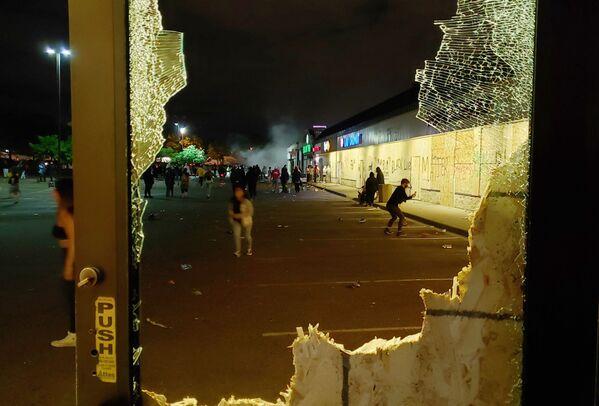Mặt tiền cửa hiệu bị phá hoại ở Minneapolis - Sputnik Việt Nam