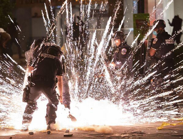 Người biểu tình ném pháo nổ ở Washington - Sputnik Việt Nam