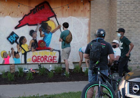 Bích hoạ graffiti tưởng niệm George Floyd, nạn nhân chết dưới tay cảnh sát ở Minneapolis - Sputnik Việt Nam