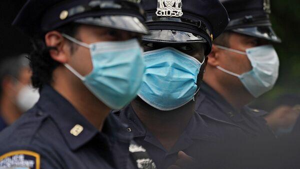Cảnh sát đứng quây trong lúc diễn ra cuộc biểu tình trên đường phố New York - Sputnik Việt Nam