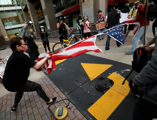 Người biểu tình xé cờ Mỹ ở North Carolina - Sputnik Việt Nam
