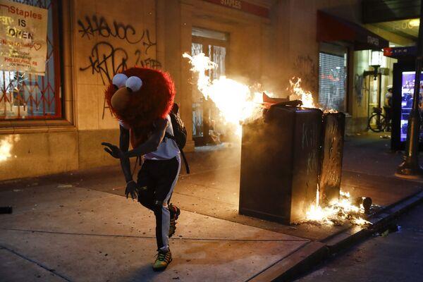 Người đeo mặt nạ Elmo trong cuộc biểu tình ở Philadelphia - Sputnik Việt Nam