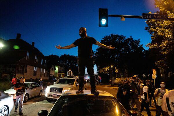Người biểu tình trên đường phố ở đô thị Minneapolis - Sputnik Việt Nam