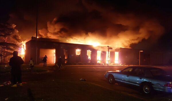 Chi nhánh Bưu điện bị lửa thiêu trong lúc diễn ra biểu tình phản đối ở Minneapolis - Sputnik Việt Nam