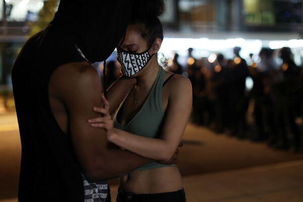 Những người biểu tình ôm nhau trong hoạt động phản đối ở Washington - Sputnik Việt Nam