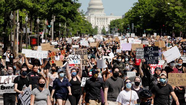 Đám đông biểu tình bên ngoài Điện Capitol trụ sở Quốc hội Hoa Kỳ ở Washington - Sputnik Việt Nam
