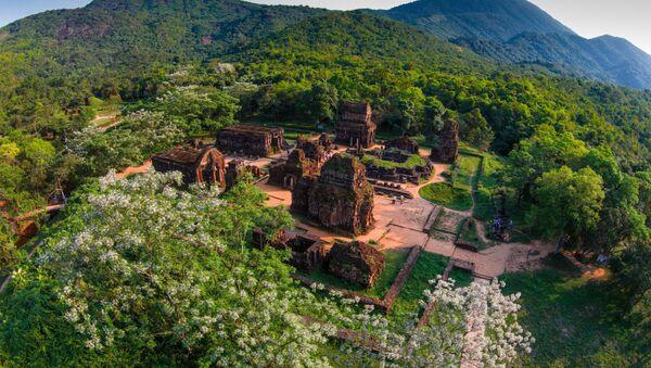 Toàn cảnh thung lũng Di sản Văn hóa thế giới Mỹ Sơn nhìn từ trên cao. - Sputnik Việt Nam
