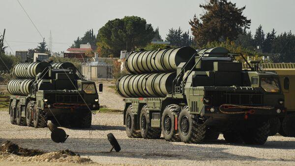 Tổ hợp tên lửa chống máy bay S-400 được đưa vào trực chiến tại căn cứ không quân  Hmeymim  - Sputnik Việt Nam