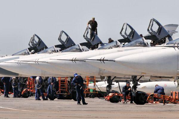 """Máy bay Su-24M ở căn cứ không quân tại sân bay """"Baltimor"""", tỉnh Voronhez. - Sputnik Việt Nam"""