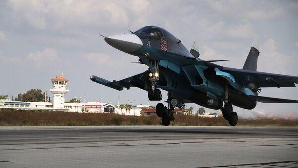 """Máy bay ném bom-tiêm kích Su-34 tại căn cứ không quân """"Hmeymim"""" ở Syria. - Sputnik Việt Nam"""