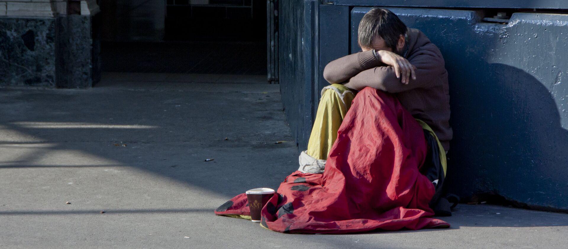 Một người vô gia cư trên đường phố. - Sputnik Việt Nam, 1920, 02.06.2020