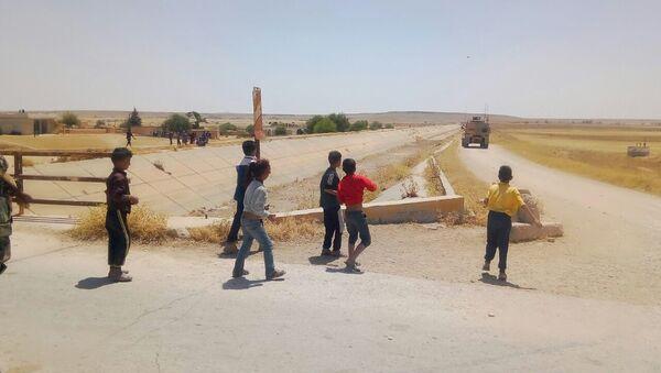 Trẻ em Syria ném đá vào đội tuần tra Mỹ - Sputnik Việt Nam