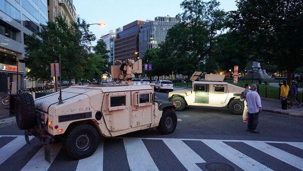 Xe quân sự trên đường phố Washington ở Mỹ - Sputnik Việt Nam
