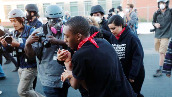 Phóng viên ảnh LA Times Jason Armond và Go Nakamura phóng viên ảnh trong các cuộc biểu tình ở Hoa Kỳ - Sputnik Việt Nam