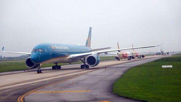 Máy bay của các hãng hàng không đậu tại các khu vực đường lăn. - Sputnik Việt Nam