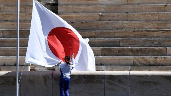 Vận động viên trên nền cờ Nhật Bản tại lễ trao tay ngọn lửa Thế vận hội Olympic mùa hè, Athens, Nhật Bản - Sputnik Việt Nam