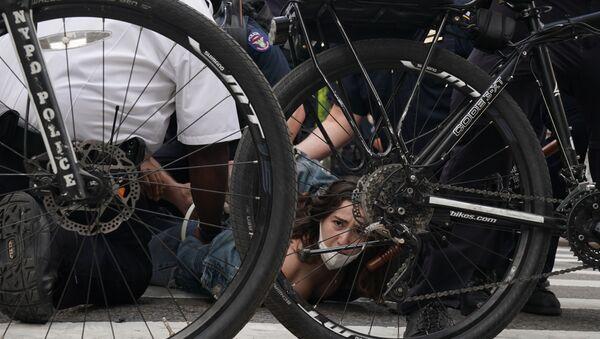 Cảnh sát dẫn người bị tạm giữ trong cuộc biểu tình ở New York - Sputnik Việt Nam