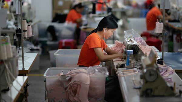 Nữ công nhân xí nghiệp may ở thành phố Đông Quan (Trung Quốc). - Sputnik Việt Nam