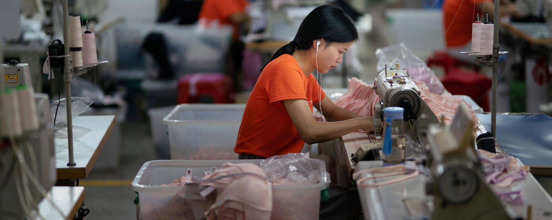 Nữ công nhân xí nghiệp may ở thành phố Đông Quan (Trung Quốc). - Sputnik Việt Nam, 1920, 30.09.2021