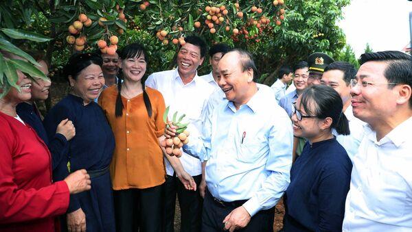 Thủ tướng Nguyễn Xuân Phúc nói chuyện thân mật với nhân dân địa phương khi đến thăm Vườn quả Bác Hồ - Sputnik Việt Nam