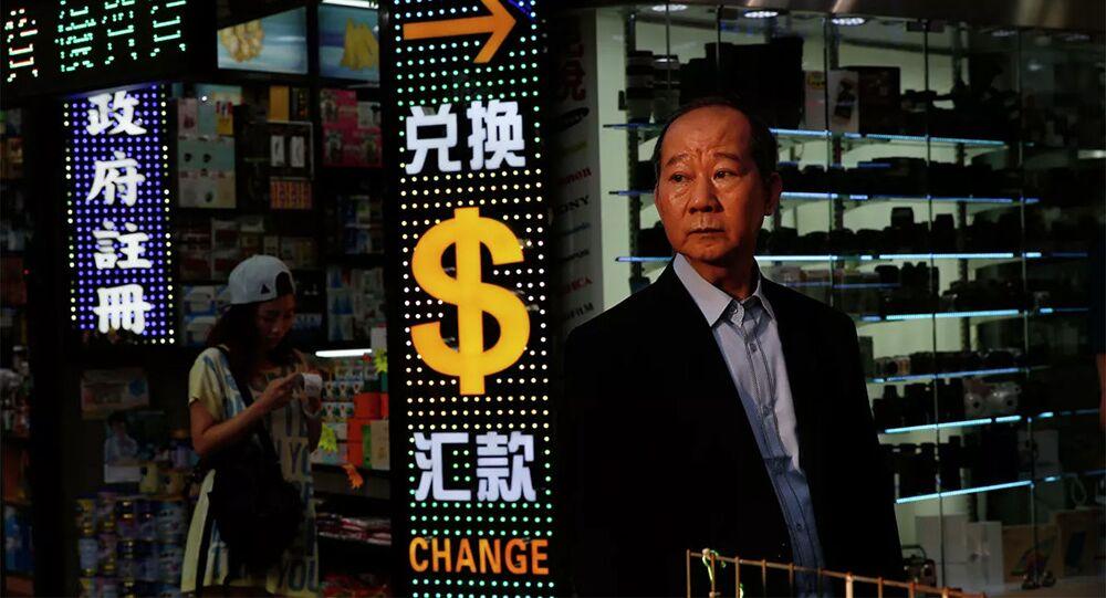 Người đàn ông tại Trung tâm mua sắm Hồng Kông