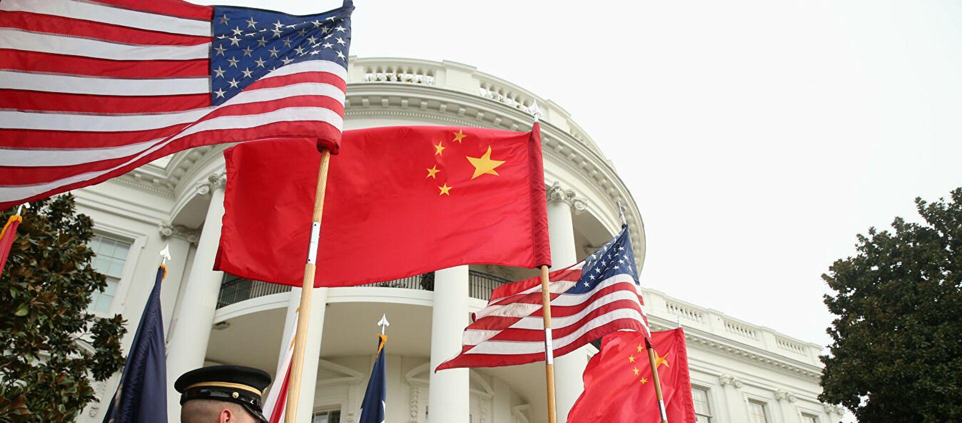 Người bảo vệ danh dự tại Nhà Trắng ở Washington với cờ của Hoa Kỳ và Trung Quốc. - Sputnik Việt Nam, 1920, 14.04.2021