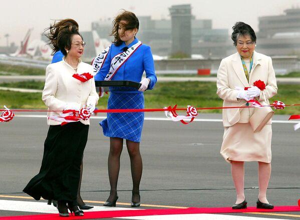 Bộ trưởng Nhật Bản Chikage Ohgi và Thống đốc tỉnh Chiba Akiko Domoto trong lễ khai mạc đường băng thứ hai của sân bay quốc tế Tokyo mới ở thành phố Narita, 2002 - Sputnik Việt Nam
