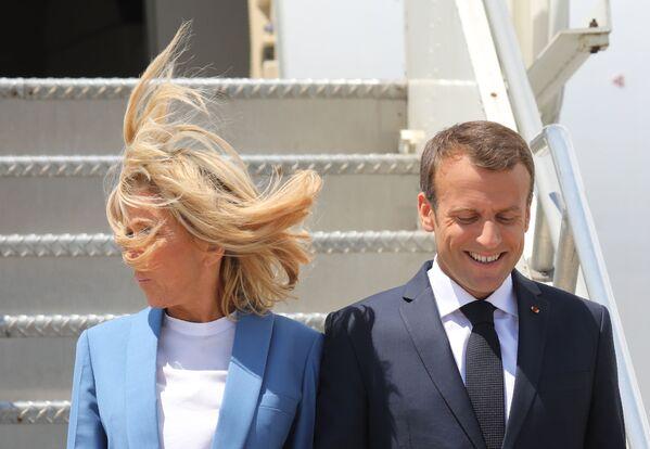 Tổng thống Pháp Emmanuel Macron cùng vợ trong khi đến sân bay Montreal, 2018 - Sputnik Việt Nam