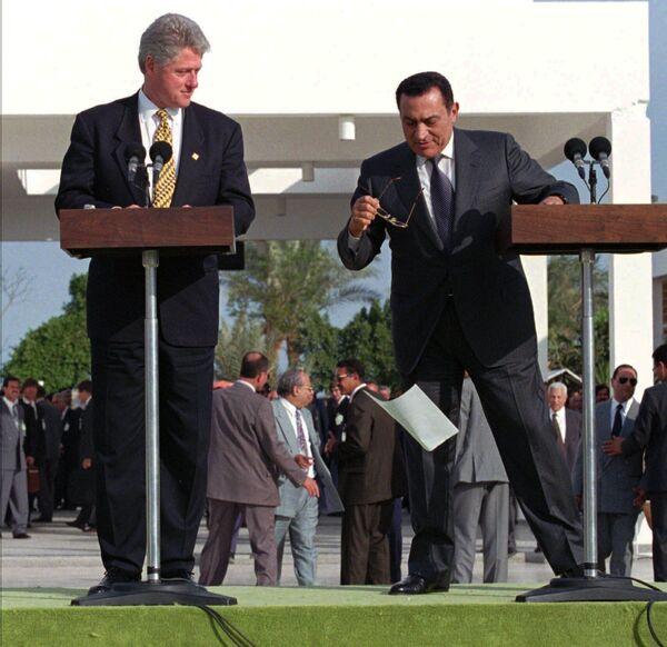 Tổng thống Hoa Kỳ và Ai Cập Bill Clinton và Hosni Mubarak trong khi phát biểu, 1996 - Sputnik Việt Nam