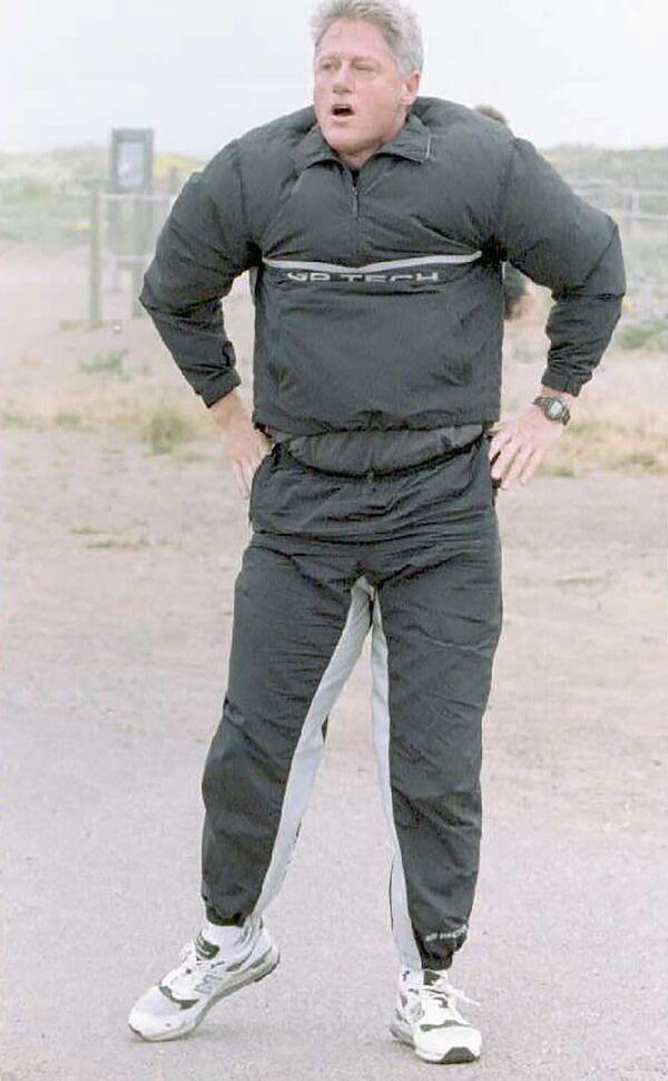 Tổng thống Hoa Kỳ Bill Clinton trong bộ đồ thể thao vào một ngày gió, năm 1995 - Sputnik Việt Nam