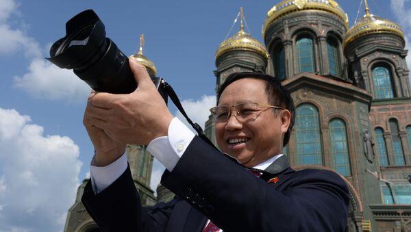 Đại sứ Việt Nam tại Nga Ngô Đức Mạnh trong chuyến thăm Giáo đường chính của Lực lượng Vũ trang Liên bang Nga tại công viên Ái Quốc (Patriot), ngoại ô Moskva - Sputnik Việt Nam